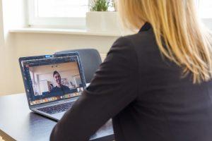 Inga bei einem virtuellen Vorstellungsgespräch